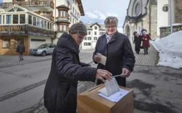 Swiss voters 'accept' new citizenship rules