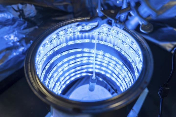 New, cheap artificial photosynthesis scrubs the air and produces fuel