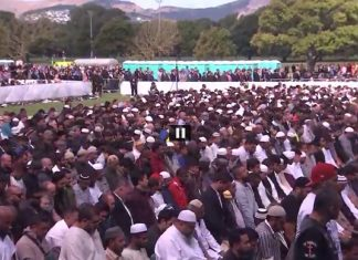 Hundreds form human chain around New Zealand mosque