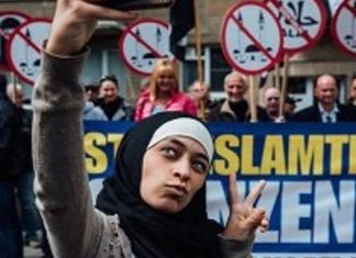 Muslim Woman Gleefully Trolls Anti Muslim Protesters With Viral Selfies (PHOTOS)