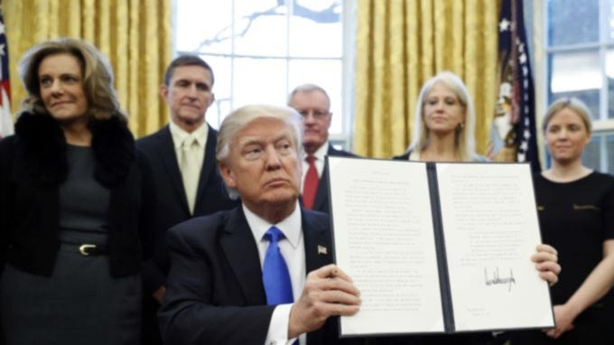 Trump Signs Orders on Defeating IS, Reorganizing NSC, Lobbying