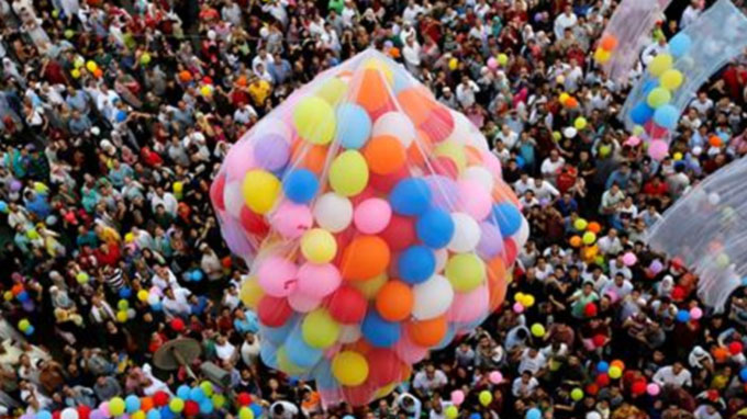 Muslims celebrate Eid al-Fitr worldwide