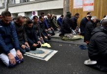 France to 'prevent' Muslim street prayers in Paris suburb